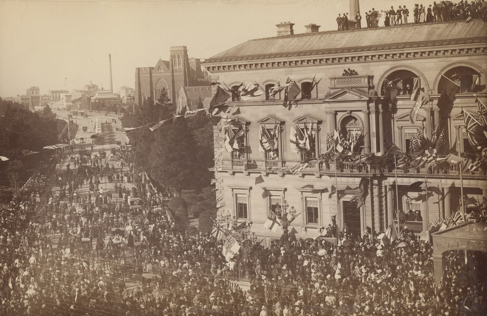 Governor Hopetoun arriving at the Old Treasury Building. The celebration drew thousands of people to the building.
